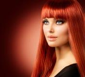 Женщина с длинными красными волосами Стоковое Изображение RF