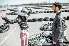 Женщина с инструктором на идет-kart след стоковые фото