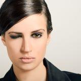 Женщина с интенсивным взглядом на белой предпосылке Стоковые Фотографии RF