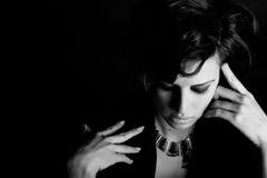 Женщина с интенсивным взглядом на черной предпосылке Стоковое Изображение RF