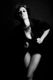 Женщина с интенсивным взглядом на черной предпосылке Стоковые Фото