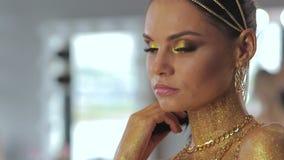 Женщина с искусством тела змейки и представлять змея сток-видео