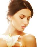 Женщина с лилией цветет стоковое изображение