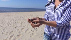 Женщина с камнями морем сток-видео