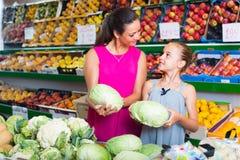 Женщина с капустой девушки покупая стоковая фотография rf
