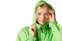 женщина с капюшоном mackintosh нося Стоковое Изображение RF