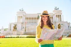 Женщина с картой на venezia аркады в Риме, Италии Стоковое Фото