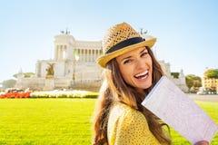 Женщина с картой на venezia аркады в Риме, Италии Стоковое фото RF