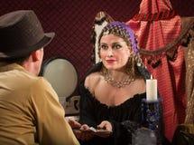 Женщина с карточками Tarot Стоковые Изображения