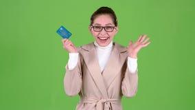 Женщина с карточкой банка богата и счастлива с выигрышем зеленый экран сток-видео