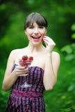 Женщина с клубникой Стоковое Фото