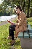 Женщина с книгой Стоковые Фотографии RF