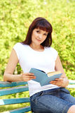 Женщина с книгой Стоковое Изображение RF