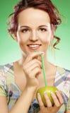 Женщина с коктеилем яблока и солом Стоковая Фотография