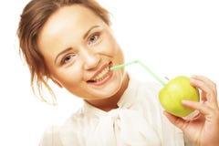 Женщина с коктеилом яблока и солом Стоковая Фотография RF