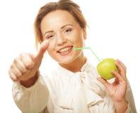 Женщина с коктеилом яблока и солом Стоковое Фото