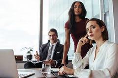 Женщина с коллегами во время встречи в офисе Стоковая Фотография RF