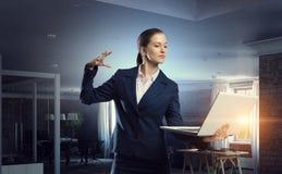 Женщина с компьтер-книжкой в руках Мультимедиа Стоковые Изображения