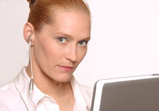 Женщина с компьтер-книжкой и наушником Стоковые Изображения RF