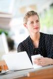 Женщина с компьтер-книжкой стоковое изображение