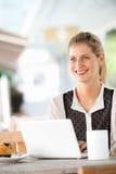Женщина с компьтер-книжкой стоковое фото