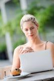Женщина с компьтер-книжкой стоковое фото rf