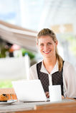 Женщина с компьтер-книжкой стоковые изображения rf
