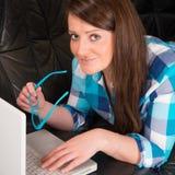 Женщина с компьтер-книжкой Стоковые Фотографии RF