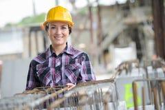 Женщина с конструкцией шлема и инструментов стоковое изображение