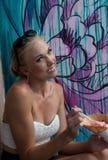 Женщина с конусом мороженого Стоковое Изображение RF