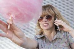 Женщина с конфетой хлопка Стоковая Фотография RF