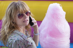 Женщина с конфетой хлопка Стоковое фото RF