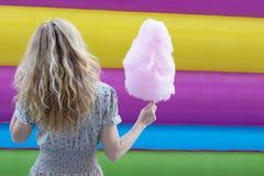 Женщина с конфетой хлопка стоковое изображение
