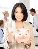 Женщина с копилкой и деньгами наличных денег Стоковая Фотография RF