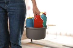Женщина с корзиной профессиональных чистящих средств, крупным планом   стоковые изображения rf