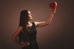 Женщина с коробкой валентинок Стоковое Фото