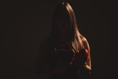Женщина с коробкой валентинок Стоковые Фотографии RF