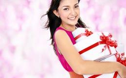 Женщина с коробкой подарка Стоковые Фото