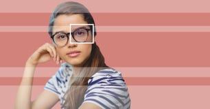 Женщина с коробкой фокуса глаза над стеклами и деталью и линиями Стоковое Изображение RF