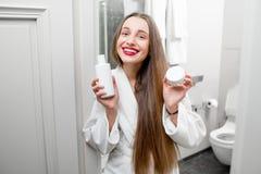Женщина с косметиками в ванной комнате Стоковое фото RF