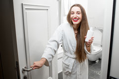 Женщина с косметиками в ванной комнате Стоковая Фотография