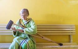 Женщина с костылями Стоковая Фотография