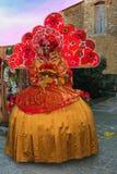Женщина с костюмом масленицы на заходе солнца Стоковое Фото