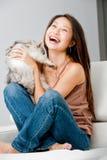 Женщина с котом стоковое изображение rf