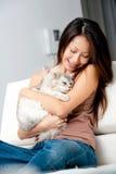 Женщина с котом стоковые фотографии rf