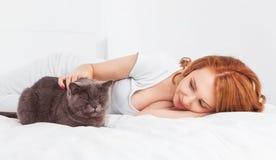 Женщина с котом стоковое фото rf
