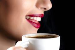 Женщина с кофейной чашкой Стоковые Фотографии RF