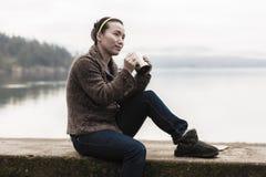 Женщина с кофе озером Стоковое Изображение RF