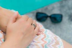 Женщина с кольцом на пальце Стоковое фото RF