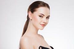 Женщина с красивой стороной, здоровой кожей и ее волосами на заднем конце вверх по студии портрета на белизне Стоковые Фотографии RF